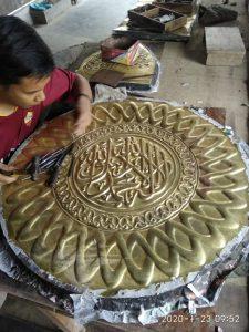 kaligrafi arab kuningan