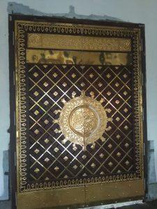 pintu masjid ukiran kaligrafi
